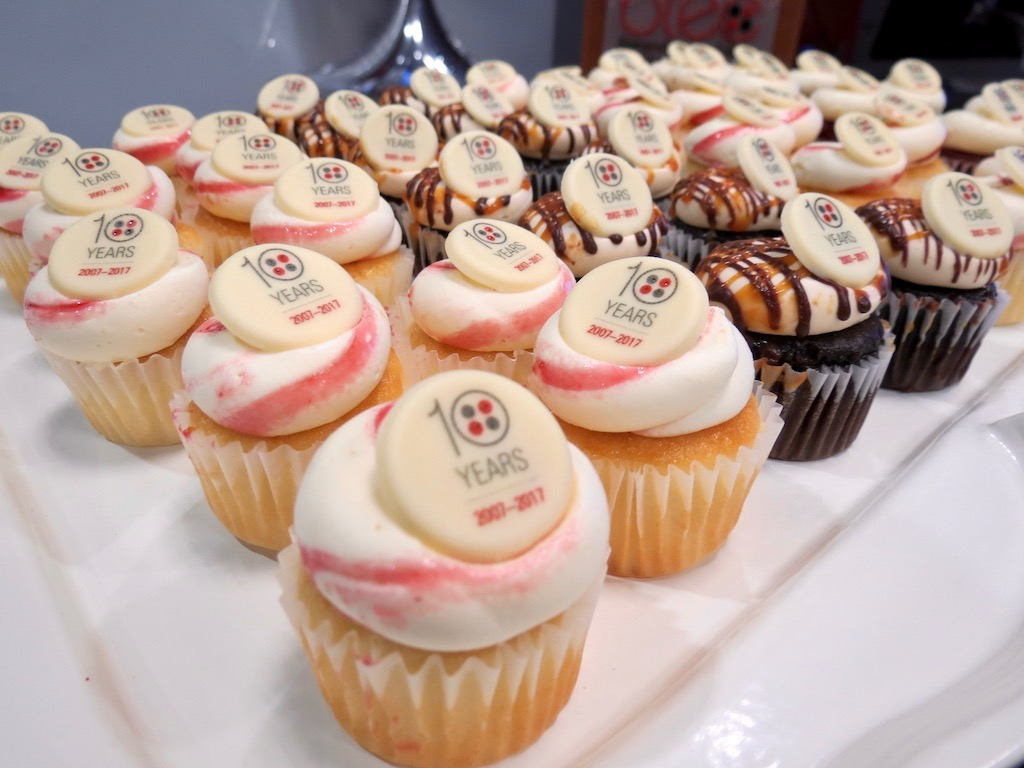 Cupcakes decorated with 10-year icon